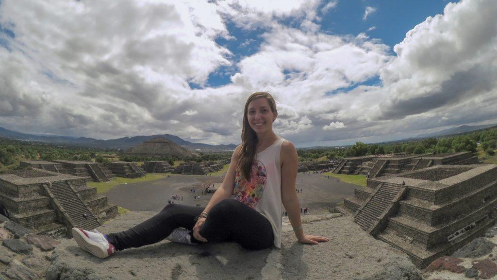 Foto en el parque arqueológico de Teotihuacan en Ciudad de México durante mi intercambio universitario