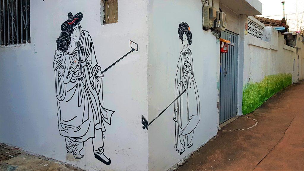 Pintura de la vida coreana en el Barrio Mural Haenggung-dong en Suwon (Corea del Sur).