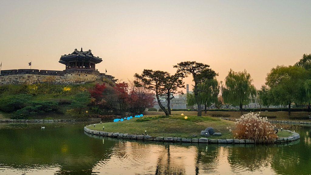 Estanque Yongyeon con el pabellón Banghwasuryu-jeong de fondo en Suwon.