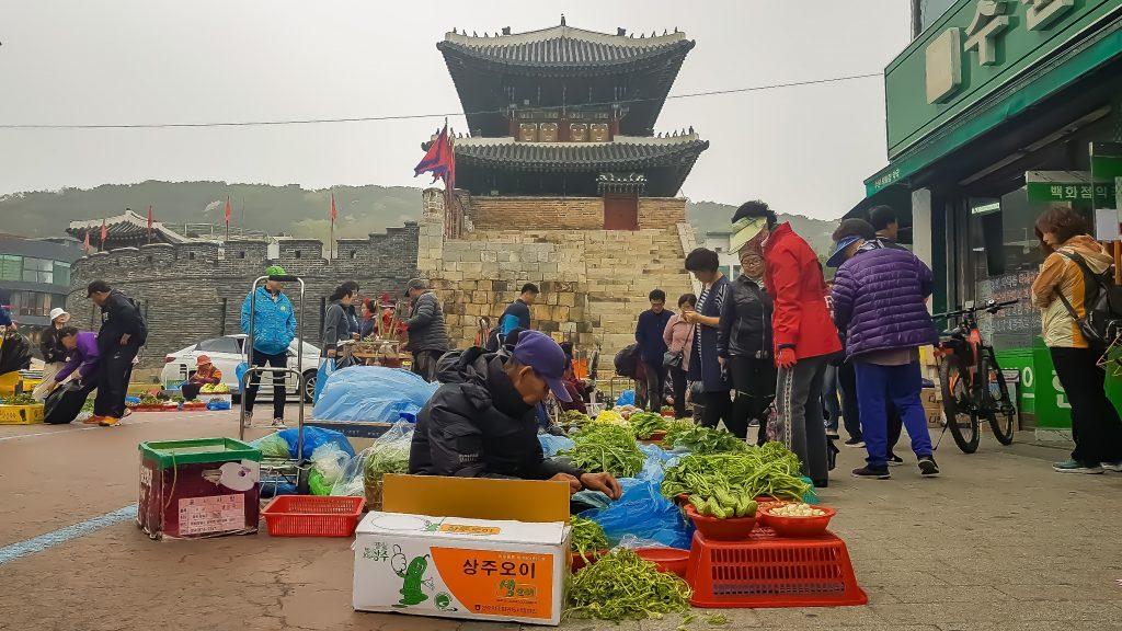 Mercado tradicional a los pies de Paldalmun.