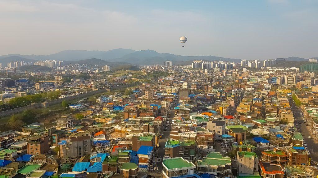 Vistas de Suwon desde el observatorio en la última planta de la iglesia Jeil Church.