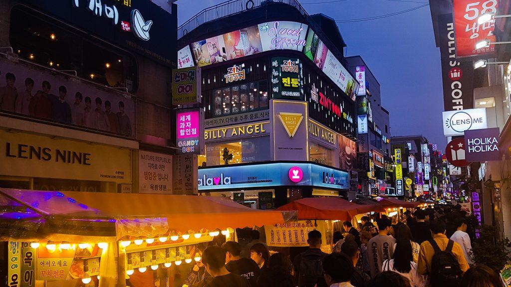 Calle Suwon Station Rodeo Street por la noche.