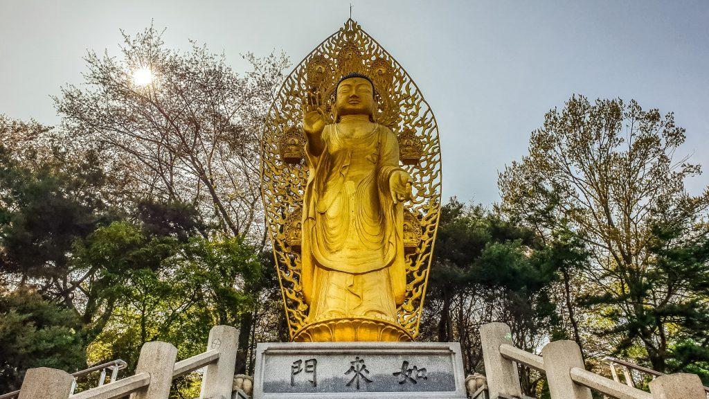 Estatua de Buda en el templo Daeseungwon en Suwon.