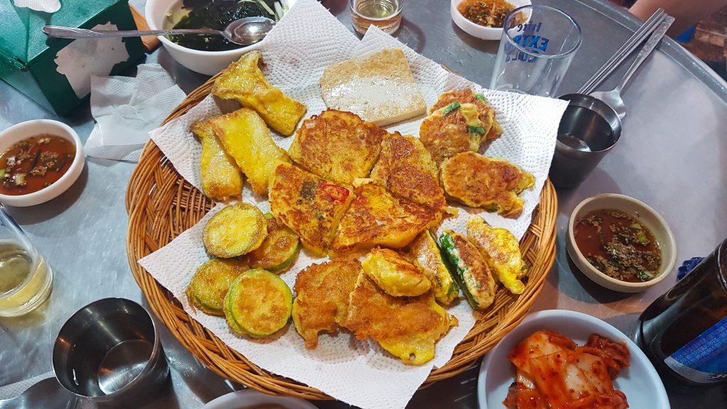 Modeum jeon (모듬전), mix de verduras, pescado, tofu y otros ingredientes rebozados y fritos típicos coreanos.