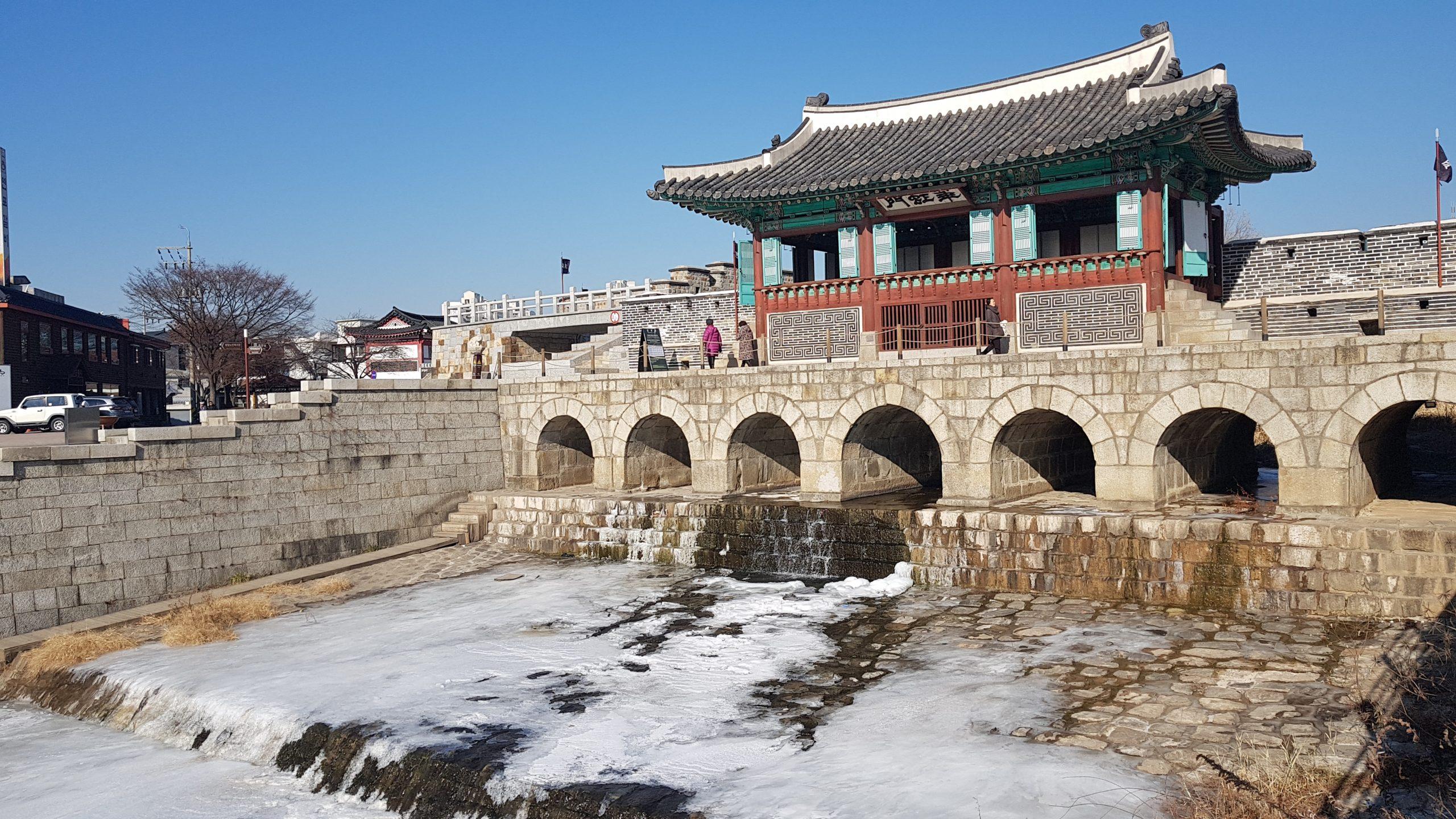 Compuerta Hwahongmun durante el invierno con el río congelado atravesando sus 7 arcos.