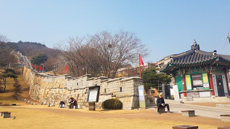 Escalinata de subida a la fortaleza Hwaseong de Suwon