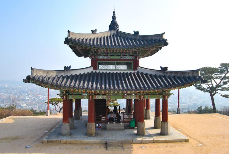 Puesto de control Seojangdae a lo alto de la montaña Paldalsan.