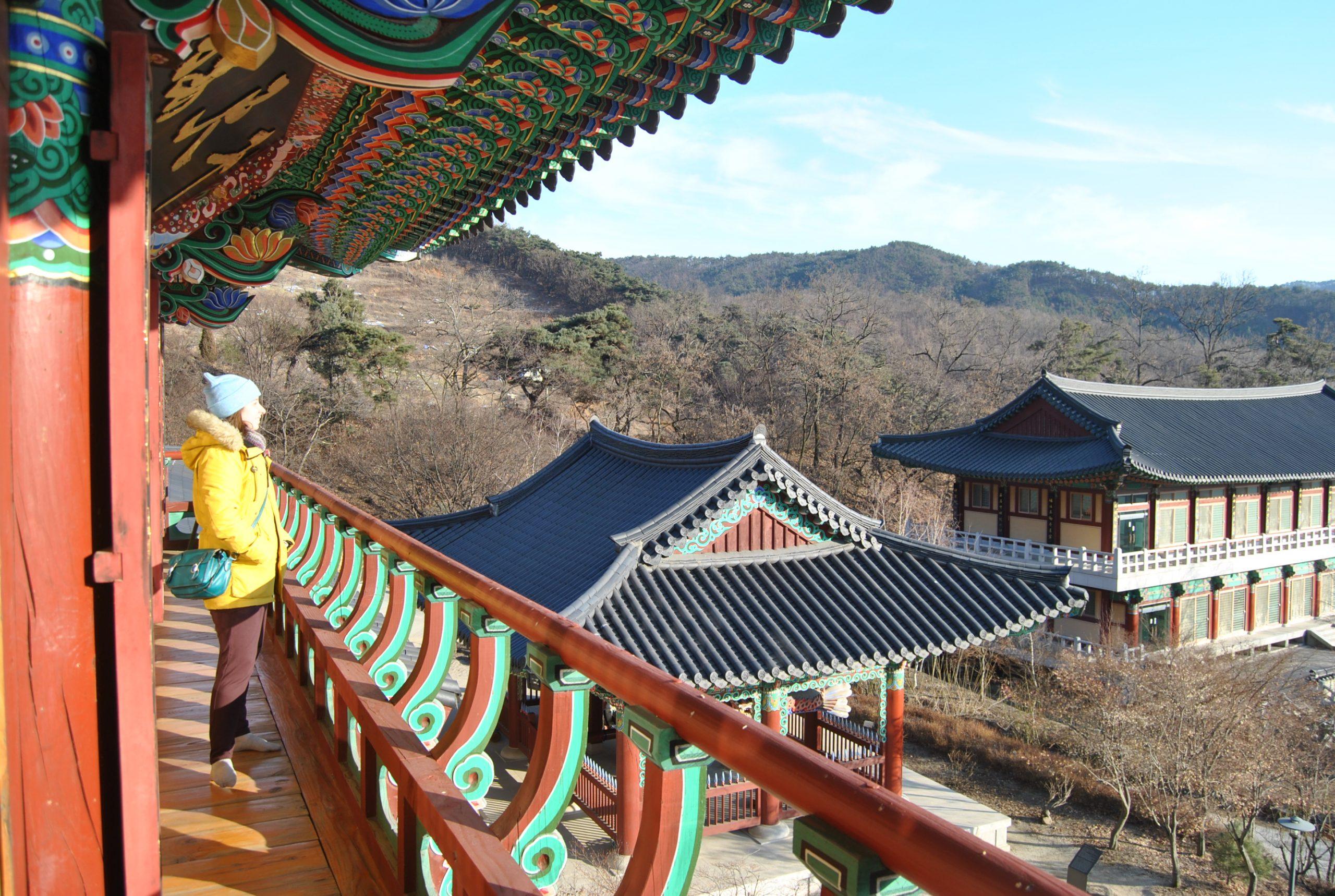 Foto en un templo budista en el medio de las montañas de Corea del Sur.