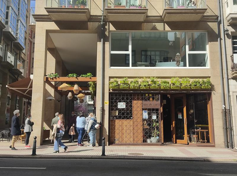 Entrada del restaurante Koh Lanta de comida tailandesa en A Coruña.