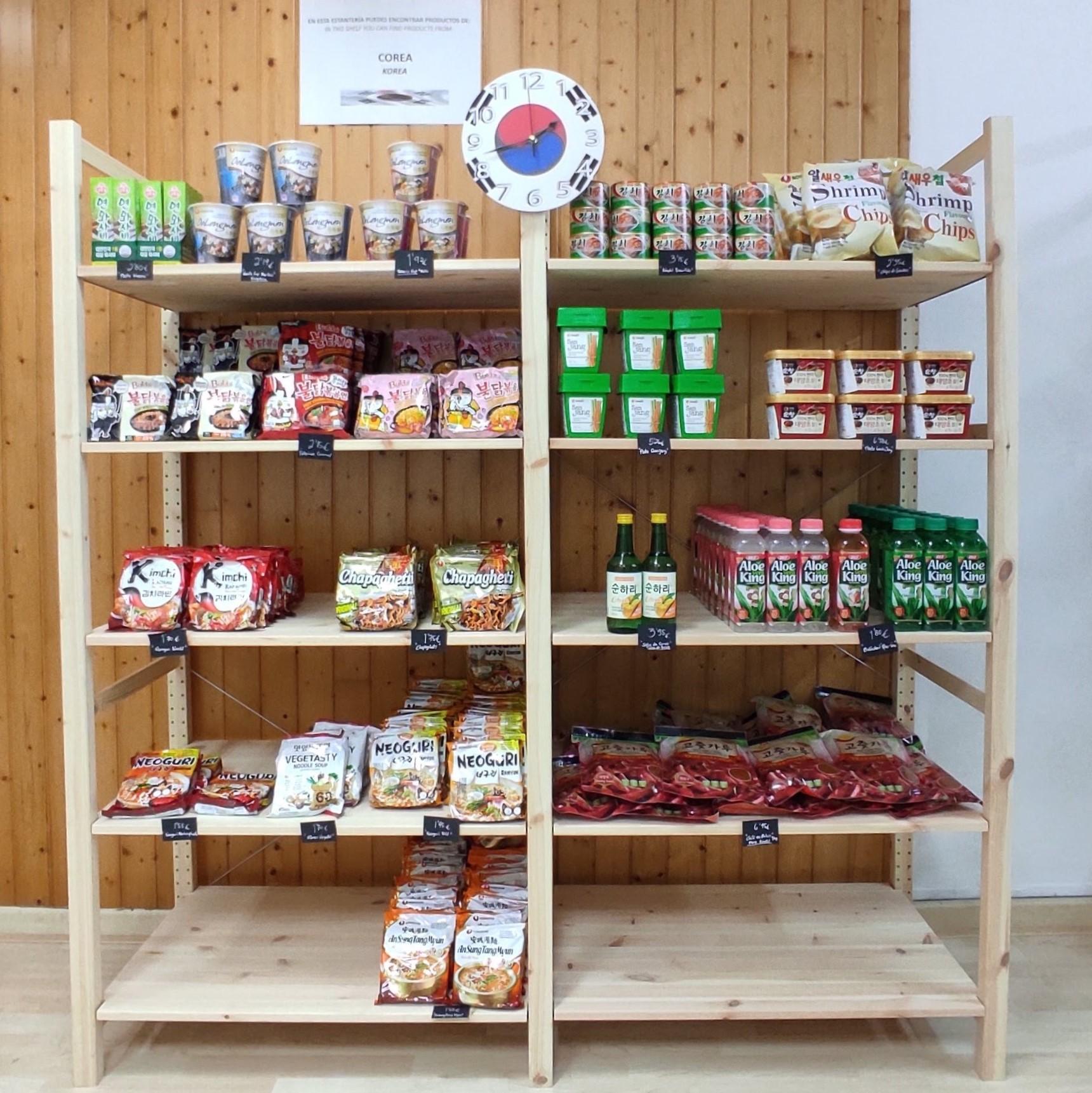 Estanterías de comida coreana en A Coruña.